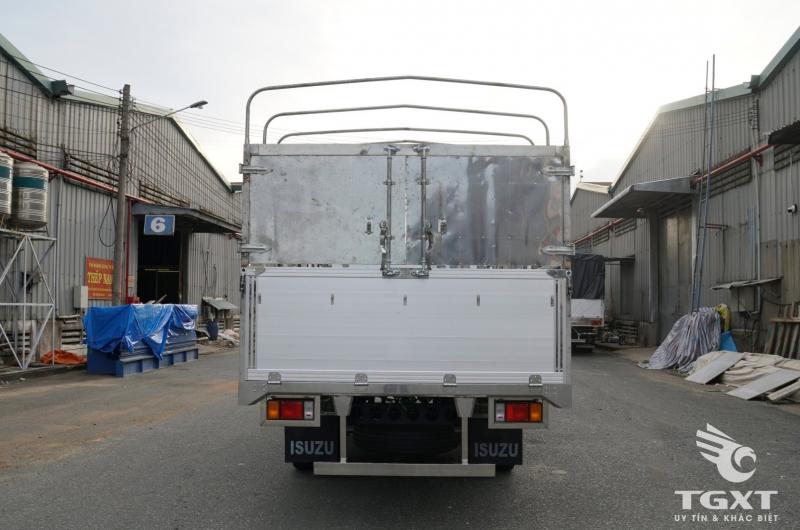 Xe tải Isuzu NQR550 thùng bạt bửng nhôm, trả góp 80% trong 6 năm