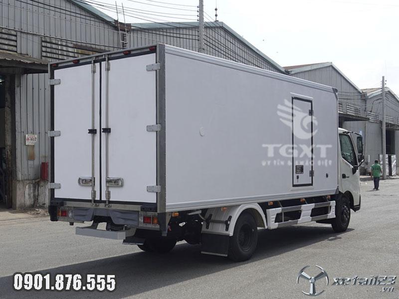 Xe đông lạnh Hino XZU720L thùng dài 5m ngân hàng hỗ trợ vay cao